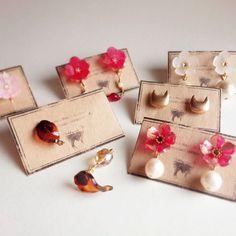 季節感無視笑 2月からこっち、目の回る忙しさ。 8月まではばたばたとしているため、minneのギャラリーをお休みする機会が増えるかと思います。 本当は春夏ものをもっと作りたい!資材ばかりが増えていきます。 #プラ板 #プラバン #shrinkplastic #プラバンアクセサリー #handmadeaccessory #handmadejewelry #handmade #花 #flower #手仕事 #ピアス #pierced #accessory #minne #イヤリング #earring #指輪 #ring #大人かわいい #ハンドメイド #ハンドメイドアクセサリー