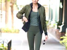 3 Dinge, die du nie zur Leggings tragen solltest. Ob auf Reisen oder an Tagen, wo man es einfach bequemer haben will – Leggings sind unsere liebste Alternative zur Jeans. Allerdings ist die hautenge Hose nicht so einfach zu stylen wie gedacht.