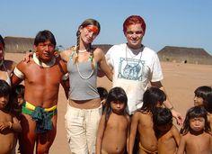 Leonardo DiCaprio et Gisèle Bundchen et certains membres de la tribu indienne des Xingu dans la forêt amazonienne