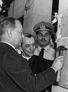 Solenidade. O ministro da marinha, Edmundo Jordão Amorim do Valle, instala a placa do Congresso, ao lado de D. Helder Câmara