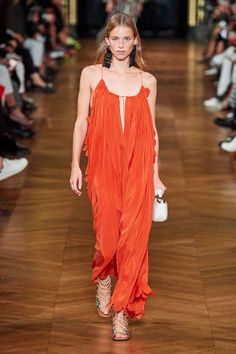 Mar 2020 - The complete Stella McCartney Spring 2020 Ready-to-Wear fashion show now on Vogue Runway. Fashion Week, Fashion 2020, Paris Fashion, Love Fashion, Runway Fashion, Spring Fashion, High Fashion, Fashion Design, Stella Mccartney