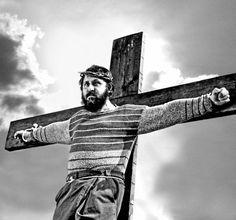 D. Cipri - Toto qui vécut deux fois (1998) - italie - comédie - trois récits dans un palerme en ruine. L'idiot du village cherche à perdre sa virginité coûte que coûte. L'enterrement d'un homosexuel révèle rancoeurs et mauvais souvenirs. relecture des derniers jours de la vie du christ.