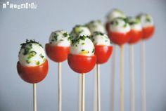 Piruletas italianas - Caprese pops, cherry tomato, baby mozzarella and basil. Could also be yum with pepper dews. I Love Food, Good Food, Yummy Food, Great Recipes, Favorite Recipes, Amazing Recipes, Yummy Recipes, Healthy Snacks, Healthy Recipes