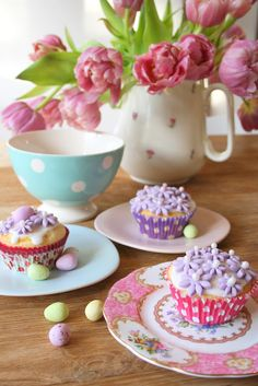 Lovely Table Setting ♥ cupcakes :)