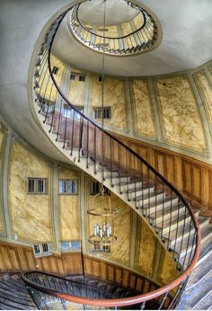 Staircase at La Galerie Vivienne, Paris, France I'd like to paint a dragon on the belly of those stairs Abandoned Buildings, Abandoned Mansions, Abandoned Places, Stairway To Heaven, Beautiful Stairs, Beautiful Buildings, Beautiful Places, Grand Staircase, Staircase Design