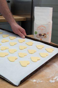 Und Valentinstag! 🙈 Für alle die noch das perfekte Geschenk suchen haben wir ein paar ganz einfache Rezepte, wie z.B die glutenfreien Mürbteigkeksen. 🤩 Was braucht ihr dazu? Nicht viel! 1 glutenfreien Keks-Mix (600 g), 3 Eiweiss von 3 Eiern und 120 g Butter und natürlich viel viel Liebe!  > mehr auf www.mantler-glutenfrei.at! 🎊 Foto: Anna Werr.  #glutenfree #glutenfreebaking #glutenfreerecipes #glutenfreecookies #glutenfrei #glutenfreibacken #zöliakie Gluten Free, Cookies, Anna, Probiotic Foods, Fermented Foods, Healthy Foods, Hominy Recipes, Christmas Morning, Whole Food Diet