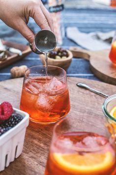 APEROL SPRITZ Ingredients: 3 parts parts Aperol, 1 part sparkling water, orange slice for garnish Refreshing Cocktails, Fun Drinks, Yummy Drinks, Summer Beverages, Summer Cocktails, Italian Drinks, Italian Recipes, Aperol, Smoothie Drinks