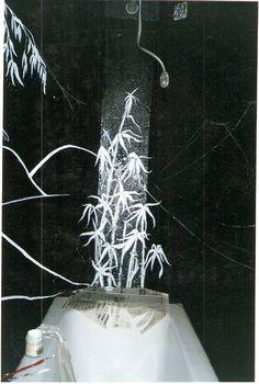 Detalhe da banheira em diagonal e da pintura durante execução - Sala de banho do Subsolo da Galeria de Artes Angela Conte - Sueli Pessoa - Plick Ateliê