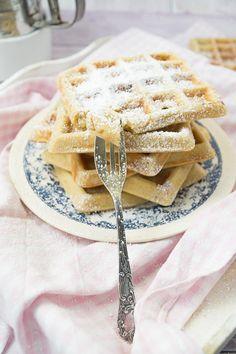 Waffeln Oma's Art - Die erste Leckerei im neuen Jahr - Antonella's Backblog Cake Pops, Kuchen, Waffle Iron, Treats, Simple, Cakepops, Cake Pop, Stick Candy