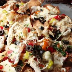 Crunchy fried wontons loaded with Alfredo sauce, shredded chicken, peppers, cheese and olives make up the most delicious Italian Nachos! Crunchy fried wontons loaded with Alfredo sauce, shredded chicken Appetizers For A Crowd, Seafood Appetizers, Appetizer Recipes, Seafood Nachos, Recipes Dinner, Italian Recipes, Mexican Food Recipes, Italian Foods, Italian Nachos