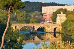"""PONTE MILVIO  – ROMA-ITALIA  Divenuto famoso per via di un libro e preso d'assalto da migliaia di """"lucchetti dell'amore"""", Ponte Milvio, o Ponte molle, ha una storia lunghissima, che nulla deve alle narrazioni di Moccia. Nel secondo secolo a.C. già si parlava di questo attraversamento, uno dei più bei ponti di Roma, su cui passeggiare al tramonto."""