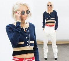 CHI: Cara Delevingne  DOVE: Paris Fashion Week autunno-inverno 2017-2018.  LOOK: Chic. Nuovo look per l'ex modella, capelli silver blond e outfit firmato Chanel.