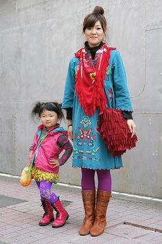 Japanese street fashion for Mom and her daughter! Japanese Streets, Japanese Street Fashion, Mode Style, Style Me, Dresscode, Harajuku Girls, Harajuku Japan, Harajuku Fashion, We Are The World