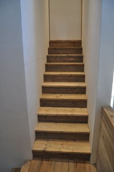 Eigenlijk op zoek naar een voorbeeld van een trap met steigerhout (of ander gebruikt hout dat ruim verkrijgbaar is) met misschien witte stootborden