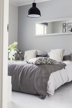 Se alkuperäinen sisustuskriisi Grey And White Room, Home Bedroom, Bedroom Decor, English Bedroom, Scandinavian Interior Bedroom, Beautiful Bedrooms, Decoration, Sweet, Home Decor