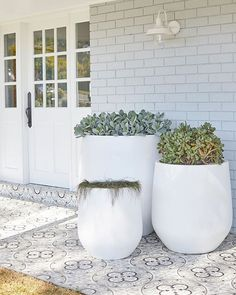 Portsea Wall Bracket To say this transformed house has massive street appeal is an understatement – Exterior Tiles, Exterior Wall Light, Exterior Lighting, Interior And Exterior, Interior Design, Outdoor Pots, Outdoor Tiles, Outdoor Gardens, Hamptons House