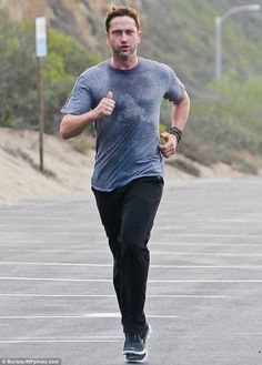 Gerard Butler Works Up a Sweat on Morning Run!: Photo Gerard Butler keeps his pace up as he goes for a morning run on Thursday (November in Los Angeles. The actor worked up quite the sweat as he jogged… Gerard Butler, Pretty Men, Gorgeous Men, Beautiful, Hot Actors, Actors & Actresses, Hot Scottish Men, London Has Fallen, Danny O'donoghue