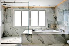 Projeto Dora e Giovanini Lettieri, Sala de banho, calacata gold, mármore, banheira, banho de luxo, banho master, banho casal, nicho banheira, banheiro clean, Riolax