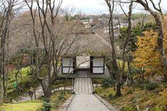 京都  小倉山  常寂光寺。茅葺の仁王門。
