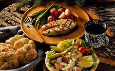 Co jeść na kolację na diecie? Dietetyczna kolacja - o której godzinie? Pomysły na dietetyczną kolację, pomysły na twaróg, kanapki na kolację.