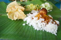 Yeşilin en güzel üç tonunu görmek Malezya Sandakan'da mümkün. Ormanın yeşili, kauçuk yeşili ile birlikte palmiye ve muz ağaçlarının yeşili. Bu bölgede bulunan muz ağaçlarının yaprakları hemen her yemekte kullanıyor. Hatta büyük muz yaprakları restoranlarda masa örtüsü ve tabak olarak da kullanılıyor. Sandakan'a gidip görmek lazım :)