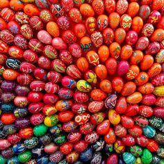 Окрашивание яиц на Пасху — это замечательная традиция, которая представляет собой очень увлекательный процесс. Это же так прекрасно, хотя бы раз в год отвлечься от всех проблем и забот и посвятить св…