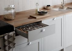 The Allendale Dove Grey Kitchen, part of the Shaker Collection, by Howdens Joinery. Kitchen Units, Home Decor Kitchen, Shaker Style Kitchens, Kitchen Decor, Kitchen Cabinet Styles, Shaker Style Kitchen Cabinets, Grey Shaker Kitchen, Home Kitchens, Kitchen Design