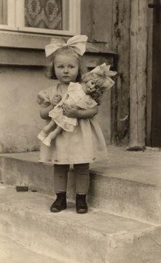 Bebé con muñeca..