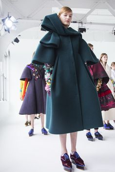 the Fashion Week Proof That You Can Wear Flats with Your Prom Dress New York Fashion Week Fall/Winter 2016 Backstage - Delpozo Fashion Details, Love Fashion, Trendy Fashion, Fashion Outfits, Womens Fashion, Fashion Design, Fashion Trends, Dress Fashion, Costume