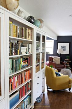Ideas to display a book collection in a family room with Ikea white Hemnes bookcases. Kylie M INteriors e-decor