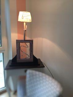 Ungewöhnlich Tischlampe im Used-Look mit vielen liebevollen Details. macht z.B. am Schminktisch ein tollen Eindruck. Kann mit Schmuck oder sonstigen Utensilien bestückt werden mit Kippschalter