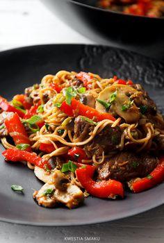 Makaron chow mein z wołowiną i warzywami Szybkie danie typu stir-fry
