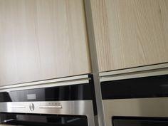 Cocina SANTOS modelo Line acabado Fresno marfil #Cociart #cocinassantos #columnas #diseñodecocinas #interiordesign #interiorismo Interiores Design, Kitchens, Columns