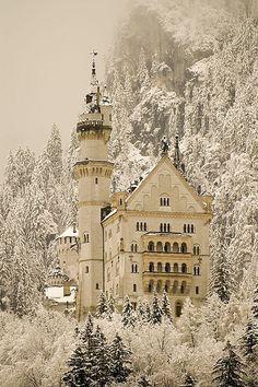 Castelo Neuschwanstein, na Baviera, Alemanha. Fica mais bonito quando é inverno?