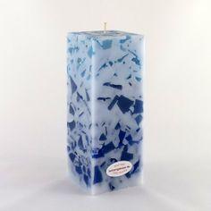 Mosaikkerze 4-Eckquader in Blau. Diese schöne Kerze in Vierreckform hat eine Höhe von 15,3 cm und eine Grundform von 6,0 x 6,0 cm. Die farblich harmonisch aufeinander abgestimmten Mosaikstücke bilden eine Mischung unterschiedlichen Blautönen in Kombination mit Weiß. Ideal für maritime Stimmung oder um einem Raum eine gradlinige, moderne Richtung zu verschaffen.