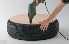 Antes de iniciar, limpe o pneu com um pano seco – se estiver muito sujo, lave e espere secar completamente. Ponha uma das bolachas de MDF sobre ele e, usando a furadeira, faça três aberturas em pontos espaçados da borda, profundas o suficiente para atravessar a borracha.