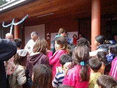 Equipo de ACAS-Escuelas de Fronteras entregando regalitos para los niños.