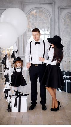 Stylish family dress for any occasion Family Picture Poses, Family Picture Outfits, Photo Couple, Couple Outfits, Matching Family Outfits, Family Posing, Mother Daughter Fashion, Mother Daughter Dresses Matching, Outdoor Family Photos