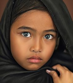 This girl's eyes are a beautiful, unique gray color. Her complexion is a gorgeous tan, olive tone that many people envy. I also love her head dress and her dark hair. Kids Around The World, We Are The World, People Of The World, Most Beautiful Eyes, Stunning Eyes, Beautiful People, Precious Children, Beautiful Children, Beautiful Babies