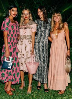 The were a colorful and bright period that brought the world exciting music and even more exciting fashion trends. Some of the fashion trends have remained. Fashion Moda, Fashion Week, 90s Fashion, Fashion Looks, Womens Fashion, Fashion Tips, Fashion Trends, Latest Fashion, Boho Fashion