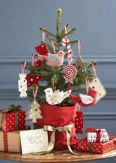 This time our theme is a small Christmas trees, maybe you do not necessarily have all the available space to decorate a large tree. Little Christmas Trees, Noel Christmas, Homemade Christmas, Winter Christmas, Christmas Tree Decorations, Christmas Crafts, Christmas Ornaments, Glitter Ornaments, Felt Decorations