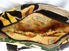 Bolsa confeccionada em tecido de Sarja, bem resistente, forrada com manta acrílica e tecido de algodão. Essa bolsa é a cara do verão!! Chaveiro de brinde!!  (Escolha sua estampa pela foto ao lado)  PRODUTOS CONFECCIONADOS EM AMBIENTE LIVRE DE TABACO.