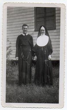 CATHOLIC NUN AND PRIEST ROSARY BEADS VINTAGE SNAPSHOT PHOTO