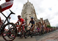 ツール・ド・フランス第3ステージ、Aire-sur-la-Lys教会の前を通過する集団。