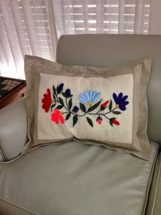 Cozy Patch: No me duró ni un día Hand Embroidery Patterns Flowers, Hand Embroidery Videos, Hand Embroidery Designs, Cushion Cover Designs, Pillow Cover Design, Decorative Pillow Covers, Designer Bed Sheets, Designer Pillow, Purple Bedroom Decor