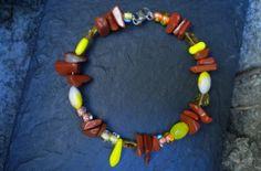 Bracelet d'été en perles acrylique jaune vif et nuancé, avec perles en pierre naturelle jaspe rouge : Bracelet par ghilou-creations-ceintures-bijoux