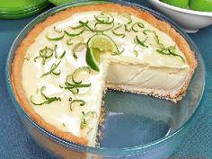 A Torta de Limão com Chocolate Branco é simplesmente irresistível. Faça essa deliciosa torta de limão para a sobremesa da sua família. Confira a receita!