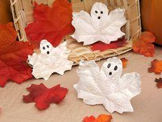 fantasmas con hojas de arboles, decoración Halloween