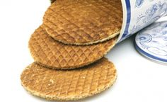 Stroopwafels are yummie Yummy Cookies, No Bake Cookies, Stroopwafel Recipe, Pastry School, Holland Netherlands, Menu, Dutch Recipes, Bread Cake, Cakes And More