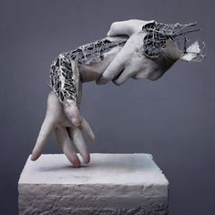 Yuichi Ikehata is a Japanese photographer focused on creating slightly creepy yet fascinating realistic sculptures of human body parts. Human Sculpture, Sculpture Metal, Abstract Sculpture, Contemporary Sculpture, Contemporary Art, Motion Design, Sculptures Sur Fil, Wire Sculptures, Human Body Parts